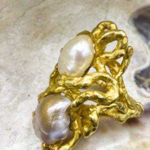 Bague de créateur en or 18K et perles baroque, années 70