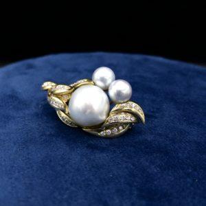 Broche en or 18K, diamants et perles baroque