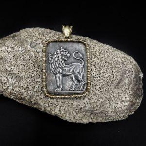 Pendentif or et argent, lion d'après l'antique, oeil serti diamants