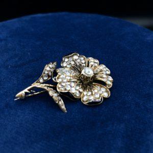 """Broche """"fleur"""" en Or 18K, sertis de diamants (taille rose) et émail"""