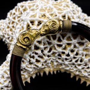 """Bracelet """"tête de bélier"""" néo-antique, or 18K et écaille de tortue, début 20ème siècle"""
