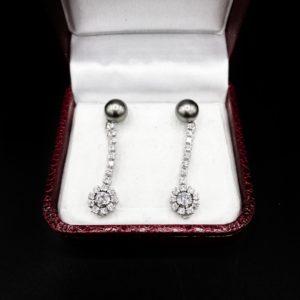 Paire de pendants d'oreilles, Or blanc 18K, diamants et perles grises, années 80