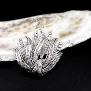 Broche en or blanc 18K et diamants, années 50