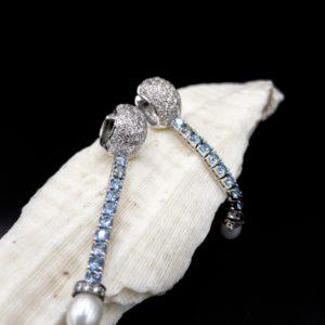 Paire de pendants d'oreilles en or blanc 18K, diamants et saphirs