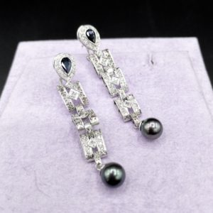 Paire de pendants d'oreilles Art déco, en or 18K et diamants
