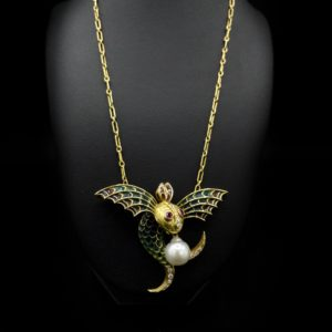 """Collier """"Poisson volant"""" or 18K, émail plique-à-jour, diamants et perle baroque"""